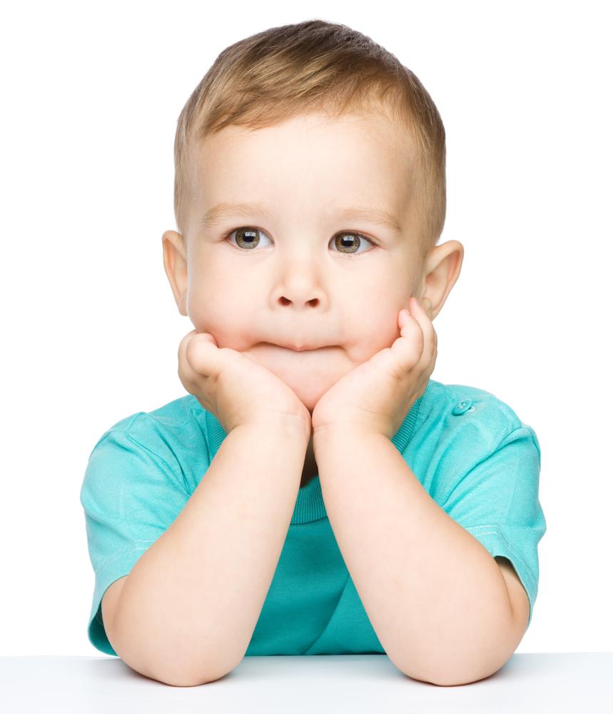 Mały chłopiec z<strong>opóźnionym rozwojem mowy</strong> w<strong>gabinecie logopedycznym</strong>