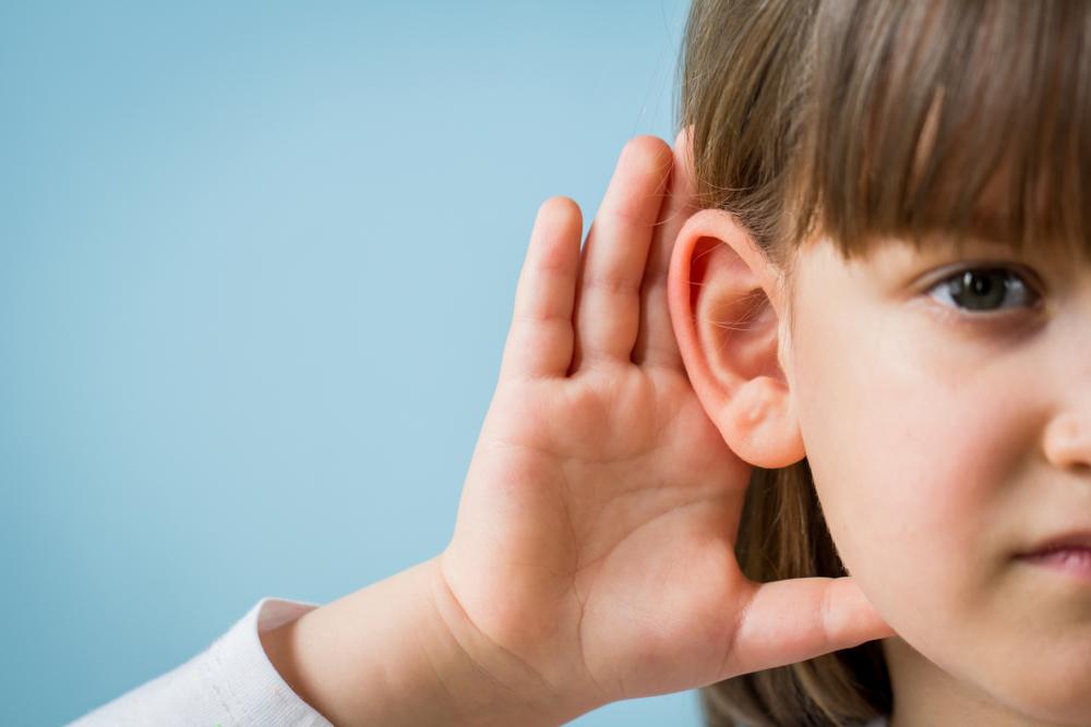 Dziewczynka trzyma się za ucho - ma problem z odbiorem dźwięków