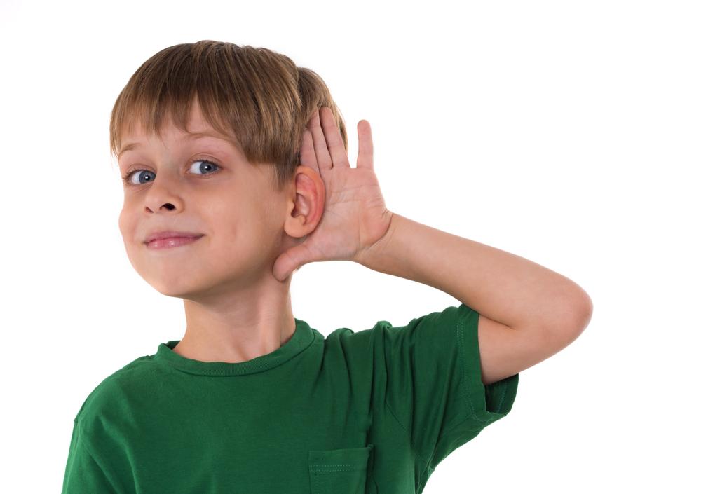 Mały chłopiec trzyma się za ucho - ma wadę słuchu