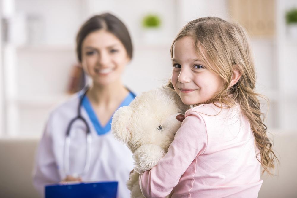 Mała dziewczynka jest nawizycie ulekarza audiologa