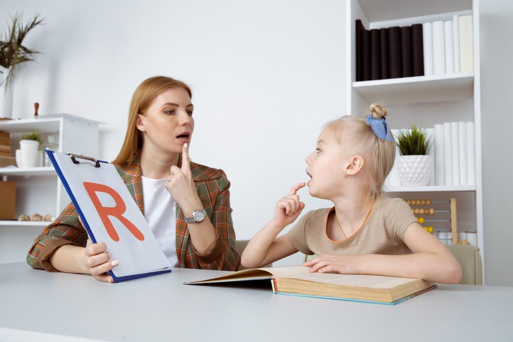 """Logopeda uczy pacjenta mówić głoskę """"r"""""""