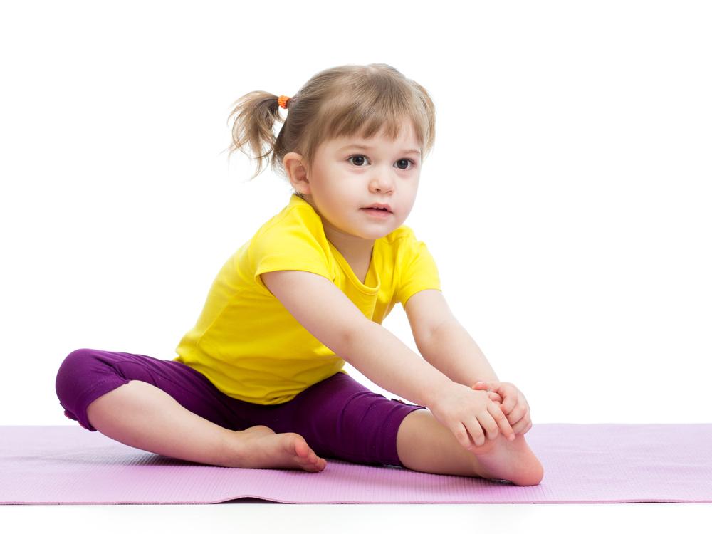 Dziewczynka wykonuje ćwiczenia fizjoterapeutyczne