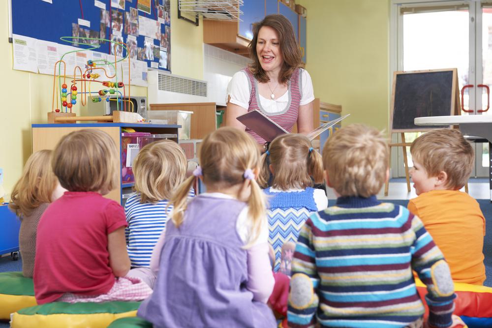 Logopeda prowadzi ćwiczenia z grupą dzieci w przedszkolu