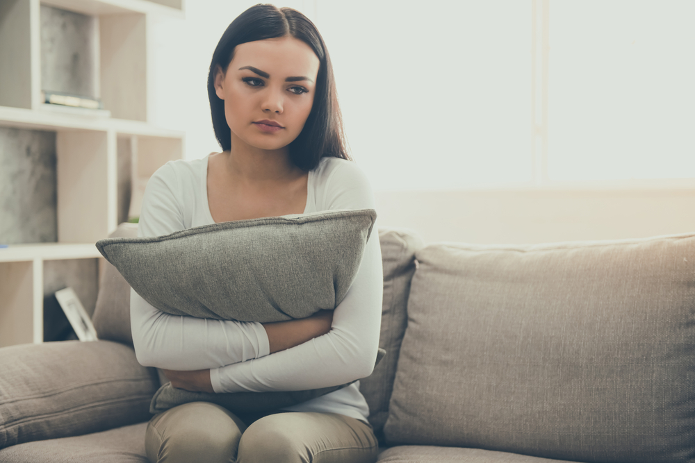 Smutna kobieta cierpiąca na dysfagię