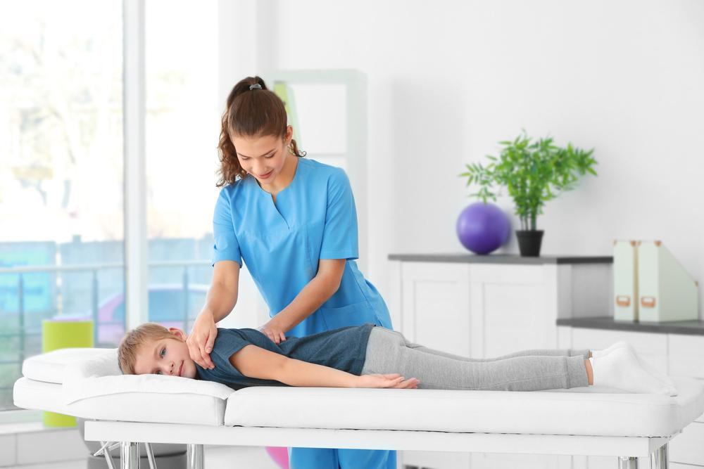 Masażystka ćwiczy z małą pacjentką