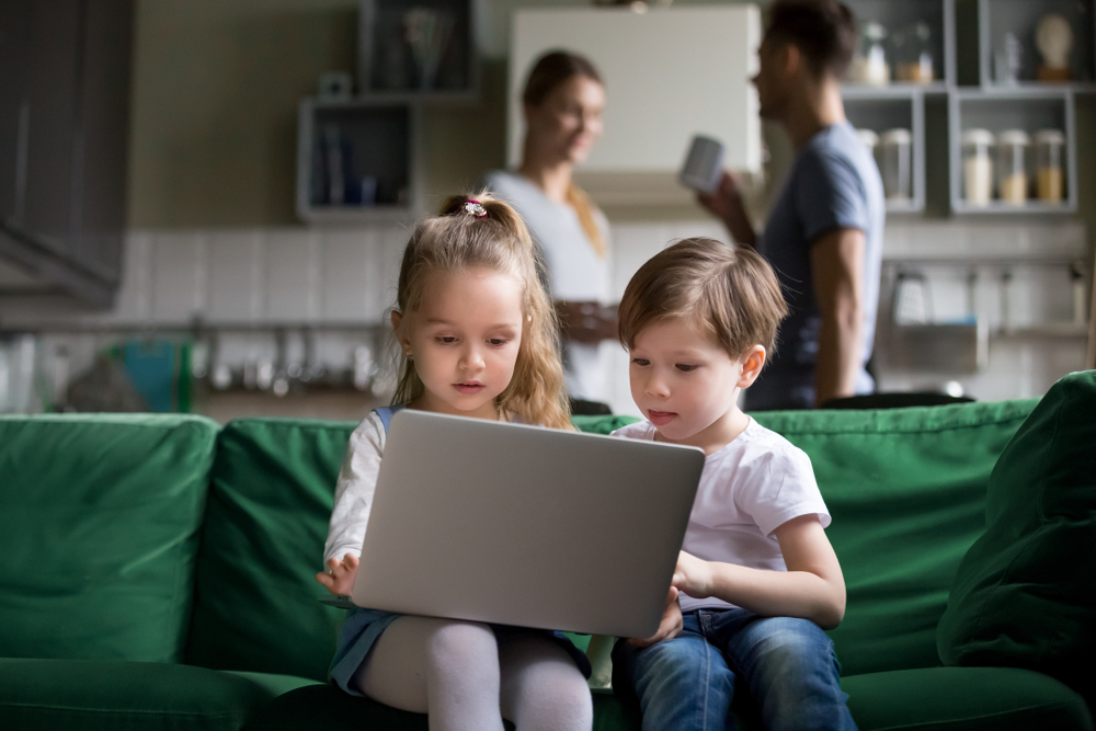 Małe dzieci korzystają zkomputera