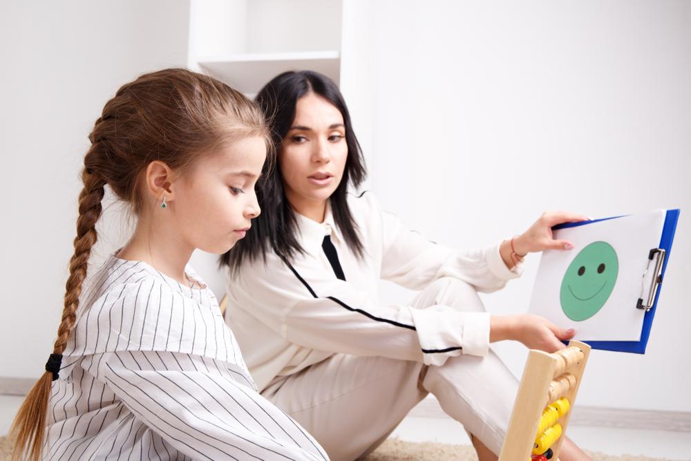 Logopeda prowadzi terapię dziewczynki z<strong>mutyzmem</strong>