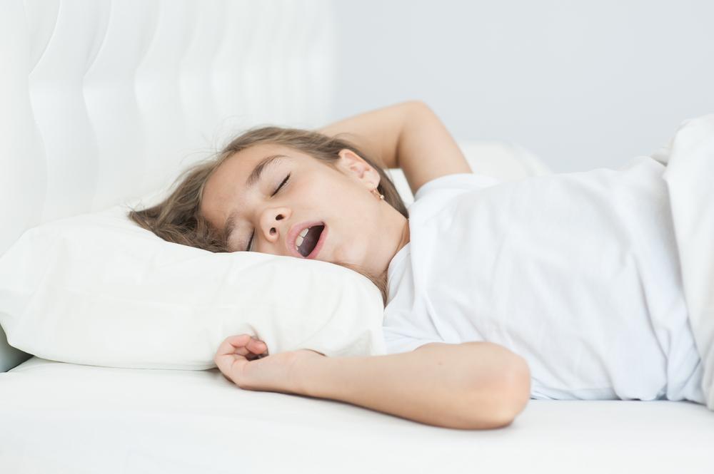 Dziewczynka oddycha torem ustym podczas snu