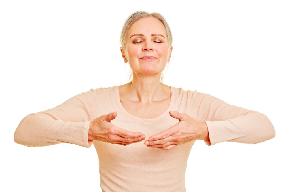 Kobieta wykonuje ćwiczenia oddechowe