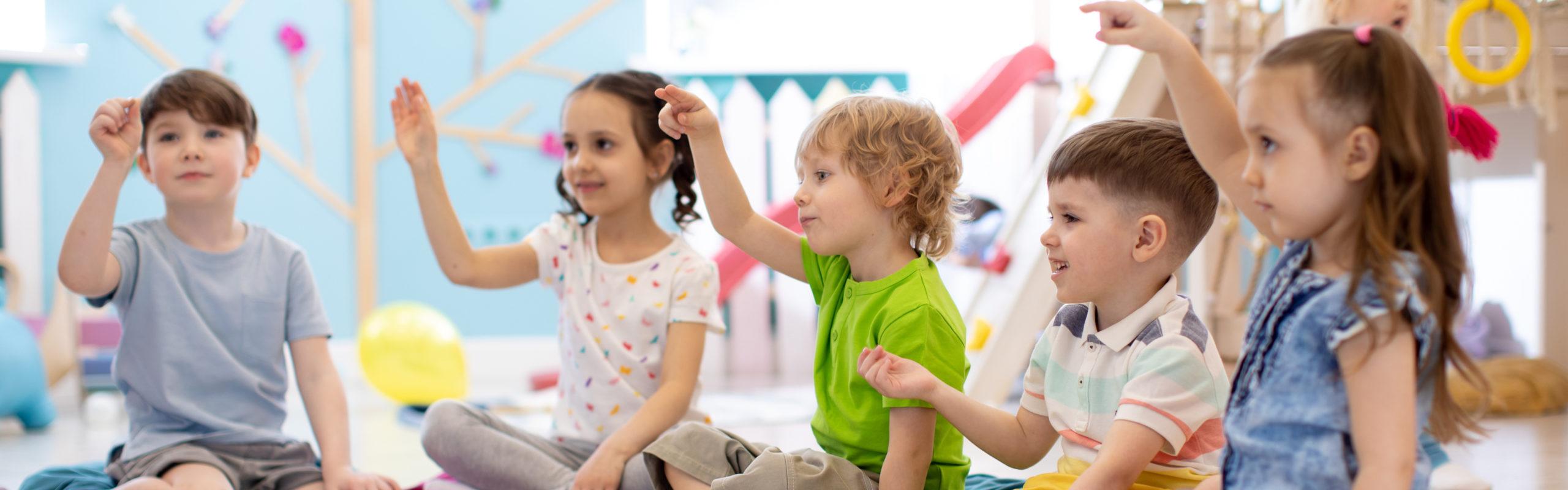 Grupa dzieci na<strong>zajęciach logopedycznych</strong> zarteterapii